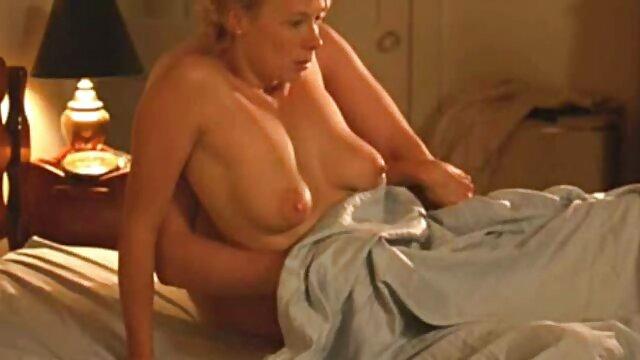 Kapcsolja ki gyönyörű anya lánya fia szex ruháit a fürdőszobában a tükör segítségével